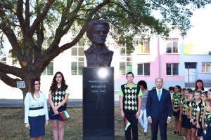 Емблематичен паметник на Вапцаров за старта на учебната година в Приморско